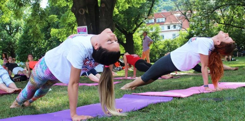 Cvičte jógu s námi v Parku na Kampě
